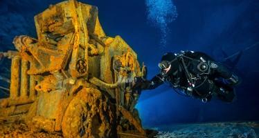 Unterwasserfotograf Björn Dorstewitz erkundet Höhlen mit der Kamera