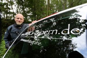 Fotograf an Bord: Auf der Heckscheibe des Wagens von Björn Dorstewitz prangt der Name seiner Website. (Foto: Tobias Appelt)