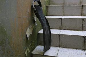 Taucherflosse im Hinterhof: Wird eine Flosse stehend gelagert, kann sich das Blatt verformen.